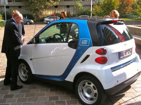 Le maire de Lyon Gérard Collomb et une des voitures Car2Go - Photo Lyonmag.com