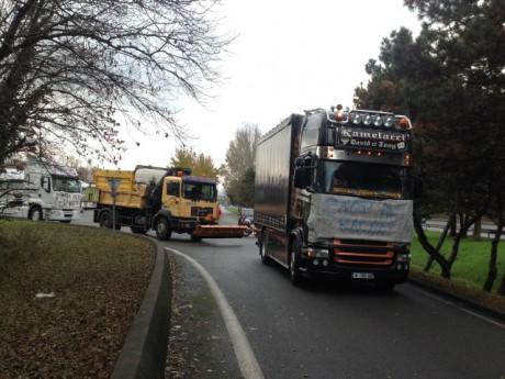 Les camions à la sortie de la station-service de Sérézin-du-Rhône samedi matin - LyonMag
