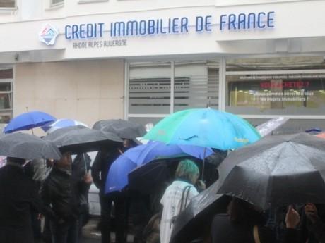 Les manifestants devant le Crédit Immobilier - LyonMag.com