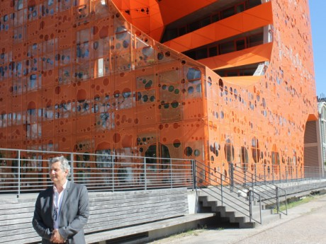 Thierry Mercadal au pied du cube orange - LyonMag
