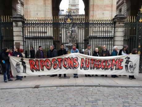 Le collectif Vigilance 69 devant l'Hôtel de Ville - LyonMag.com