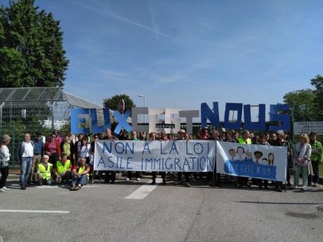 Photo des militants au centre de rétention de Lyon - DR Mouvement pour une Alternative Non-violente
