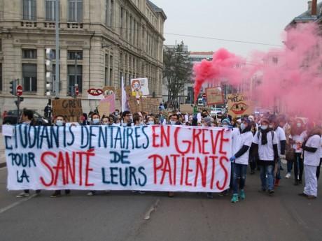 Le cortège des étudiants dentistes prenant la direction de la place des Terreaux - Lyon