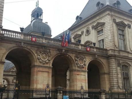 Les drapeaux de l'Hôtel de ville en berne - Photo Lyonmag