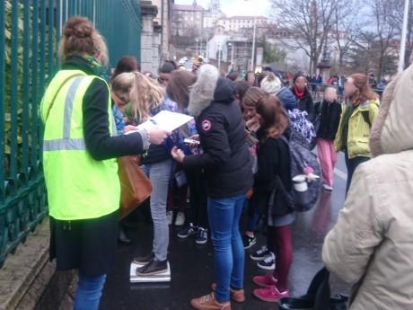 Les enfants passent tour à tour sur la balance - LyonMag
