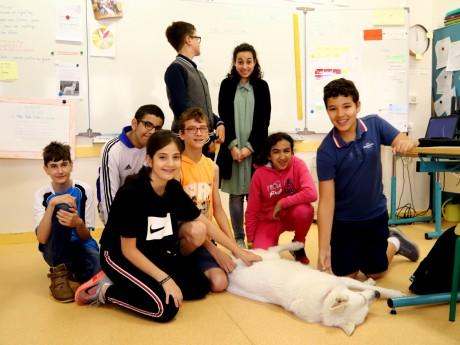 8 des 10 élèves de l'Ulis du collège Charles Sénard autour de Divia - LyonMag