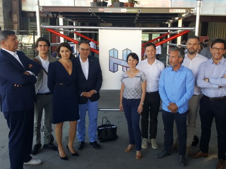 Les acteurs du projet devant le logo de H7 - LyonMag
