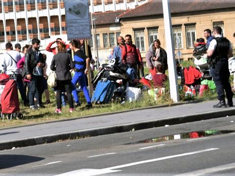 Des Albanais sur l'esplanade Mandela ce mercredi en fin d'après-midi - LyonMag
