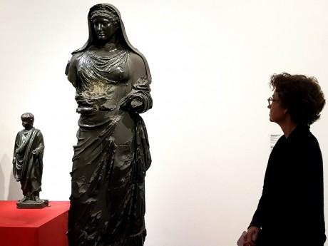 La directrice du MBA, Sylvie Ramond, visite l'exposition - LyonMag