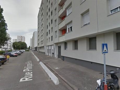 La victime s'est effondrée devant l'immeuble de son meurtrier présumé - DR