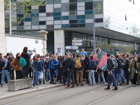 Les étudiants devant la fac sur les quais vendredi - LyonMag