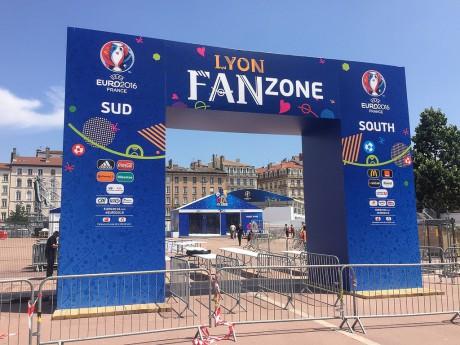 Une des entrées de la fan-zone de la place Bellecour - LyonMag