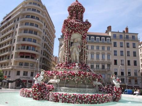 La fontaine des Jacobins transformée en cascade de roses en 2015 - LyonMag.com