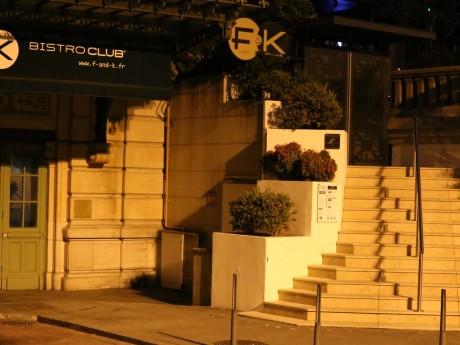 L'entrée, de nuit, du F&K - LyonMag