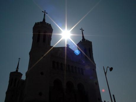 La basilique de Fourvière ensoleillée - LyonMag