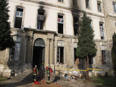 Les pompiers sont restés sur place lundi pour s'assurer que le feu avait été maîtrisé - LyonMag.com