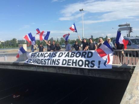 La banderole a été déployée sur le pont de la Mulatière - DR