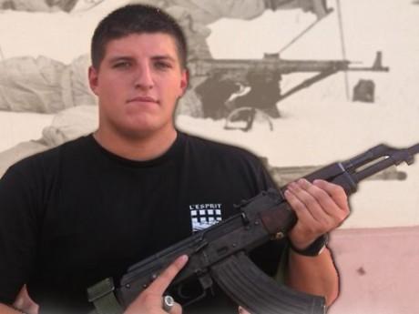 Alexandre Gabriac et son AK-47 - DR