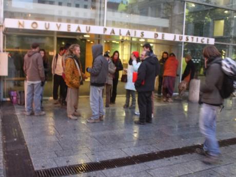 Une vingtaine de personnes se sont rassemblées dans le calme devant le tribunal - Photo LyonMag