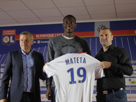 Jean-Philippe Mateta entouré de B. Génésio et F.Maurice pour la présentation de son nouveau maillot