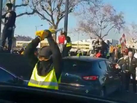 Un homme frappe le véhicule des policiers avec un bâton - DR