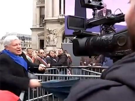 Bruno Gollnisch a frappé à coups de parapluie les journalistes - Capture d'écran DR BFMTV