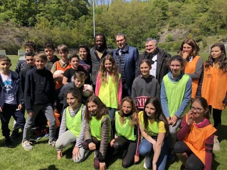 Sidney Govou, David Kimelfeld et Max Vincent avec les enfants de l'opération