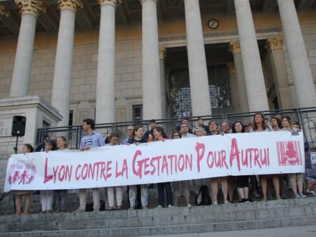 Les manifestants devant les 24 colonnes - LyonMag