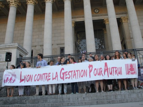 Les manifestants devant les 24 colonnes lundi dernier - LyonMag