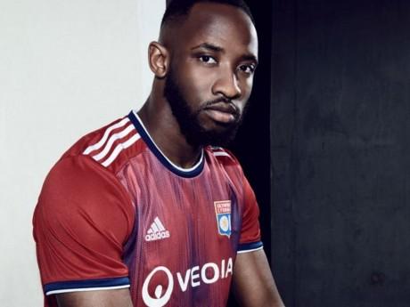 Le nouveau maillot de l'OL porté par Moussa Dembele - DR
