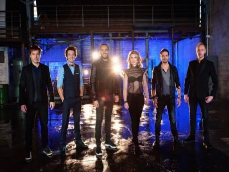 Les six illusionnistes de la soirée, dont le Lyonnais Gus (deuxième en partant de la gauche) - DR