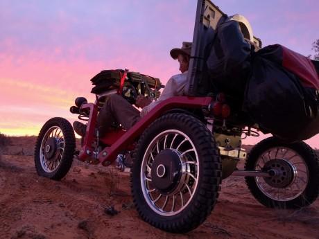 Charles Hedrich dans le désert de Simpson - DR/Solar Off Road