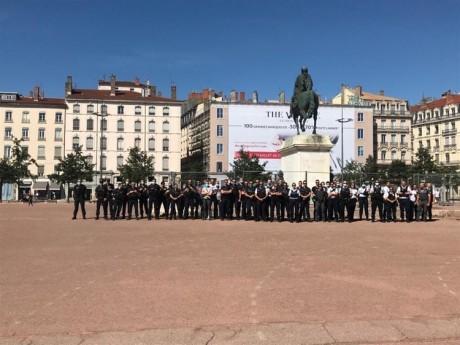 Les policiers ont rendu hommage au brigadier de nuit tué lors d'un contrôle routier - LyonMag