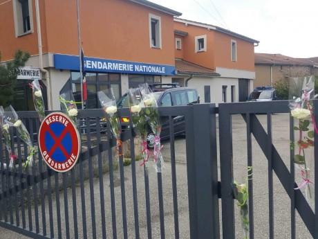 Un hommage devant une gendarmerie - DR Gendarmerie du Rhône