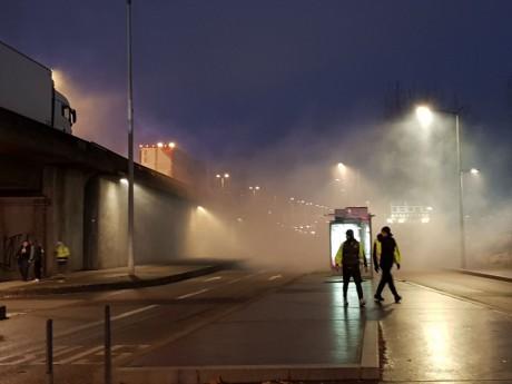 Des gilets jaunes fuient le gaz lacrymogène des forces de l'ordre à hauteur du musée des Confluences - LyonMag