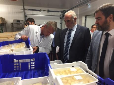 Georges Képénékian, Maire de Lyon en visite dans la cuisine centrale de Rillieux