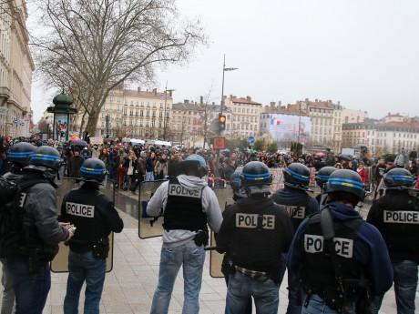 Les policiers face aux manifestants mercredi dernier - LyonMag