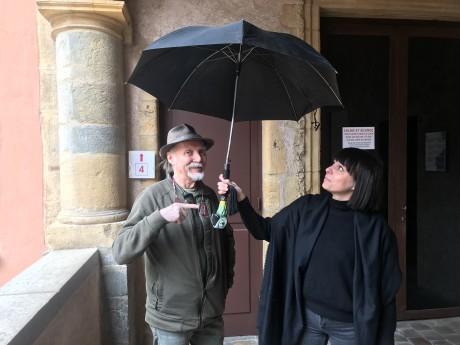 Dan Ohlmann et Laurie Courbier avec le parapluie de Mary Poppins - LyonMag