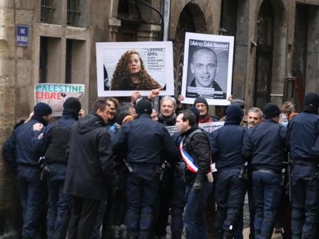 Les militants contenus puis poussés par les forces de l'ordre aux abords du musée - LyonMag