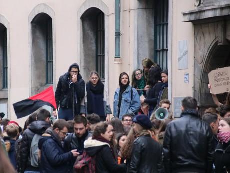 Des manifestants bloquent le lycée Ampère à Lyon le 17 mars - LyonMag