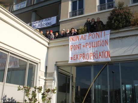 Des banderoles ornent désormais l'immeuble des riverains - LyonMag