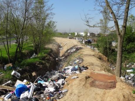 Les tranchées, impossibles à franchir pour les habitants du campement sauvage - LyonMag