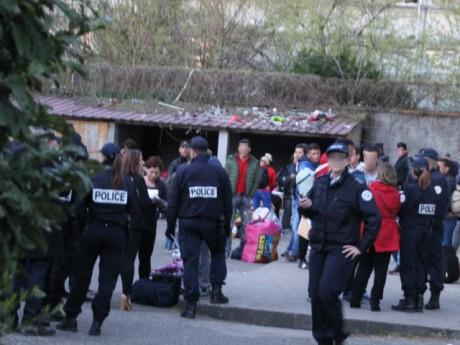 Les expulsés réunis dans une cour ce mardi matin - LyonMag