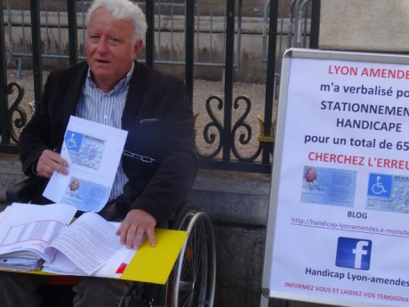 Jean-Claude Mouton, enchaîné aux grilles ce mardi matin - LyonMag