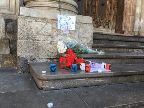 Les premiers hommages ce vendredi sur les marches de l'Hôtel de Ville de Lyon - LyonMag