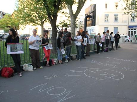 Les militants enchaînés ce vendredi en début de soirée - LyonMag