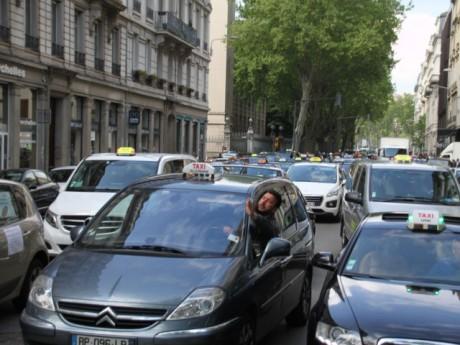 La rue de Bonnel, entièrement coupée par le cortège de taxis - LyonMag