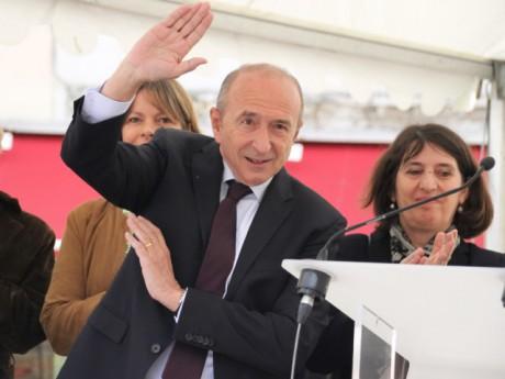 Le salut ironique de Gérard Collomb à la foule le conspuant ce jeudi matin sur la place des Tapis - LyonMag