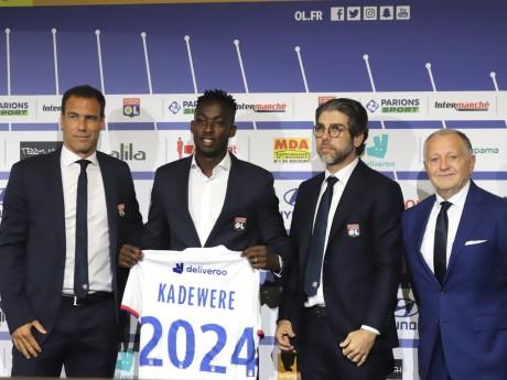 Tino Kadewere aux côtés de Jean-Michel Aulas, Juninho et Bruno Cheyrou - Lyonmag.com
