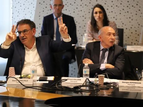 L'image déjà culte de David Kimelfeld votant en faisant les V de la victoire à côté de Gérard Collomb, qui s'abstient - LyonMag